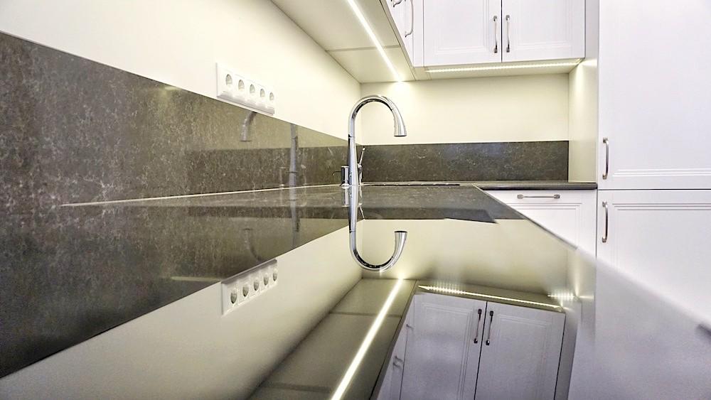 Mākslīgā akmens virsma virtuvē