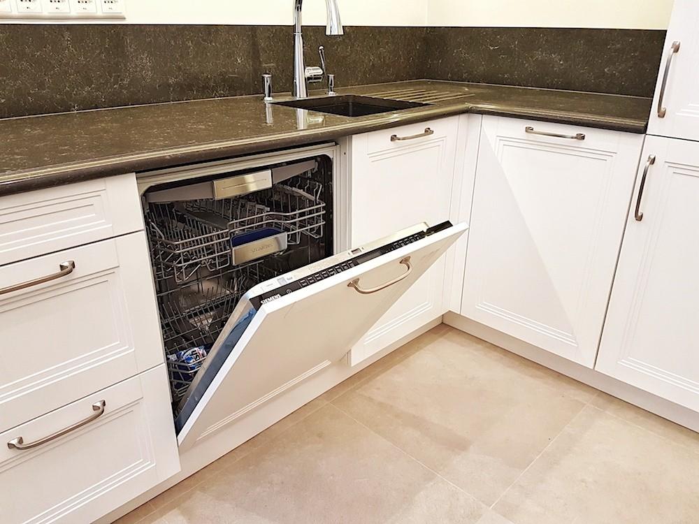 Trauku mazgājamā mašīna virtuvē